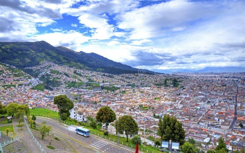 Hög sikt av staden av Quito royaltyfri fotografi