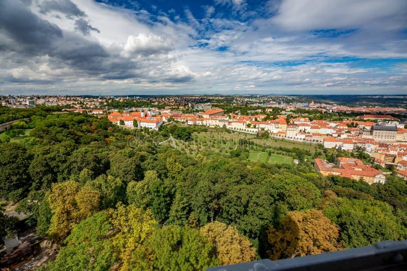 Hög sikt för Prague stadshorisont från det Petrin tornet royaltyfri bild