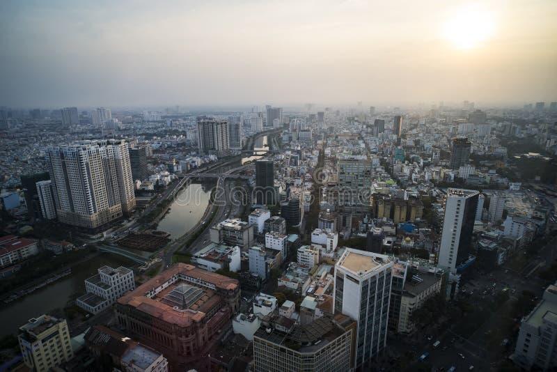 Hög siktsSaigon horisont när solnedgångstadsområden som är färgrika, och vibrerande cityscape av centret vid afton i den Ho Chi M arkivfoto