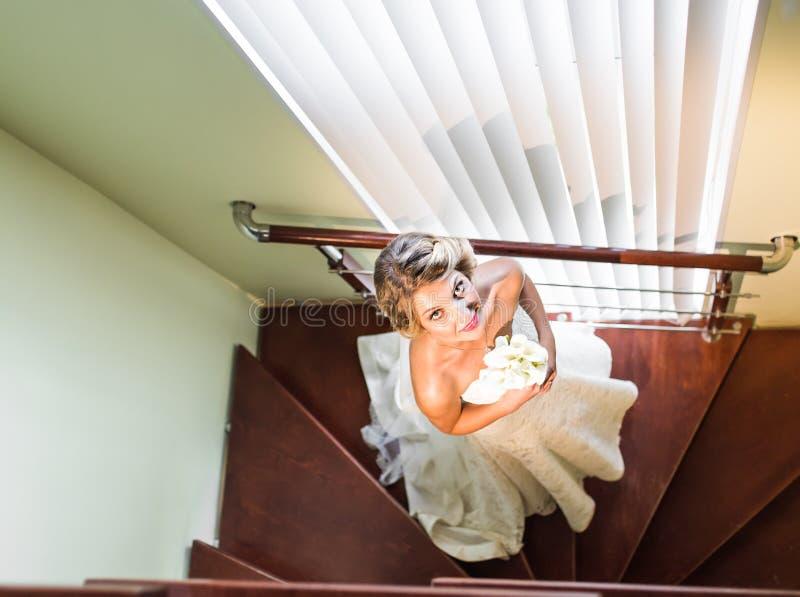 Hög siktsstående av den härliga lyckliga bruden inomhus royaltyfri fotografi