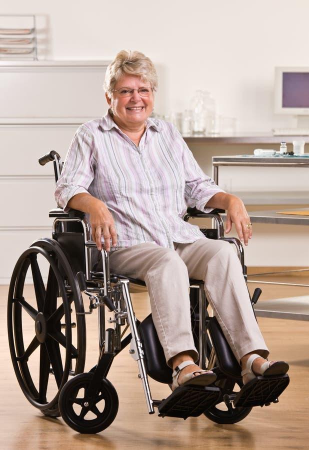 hög sittande rullstolkvinna royaltyfri foto