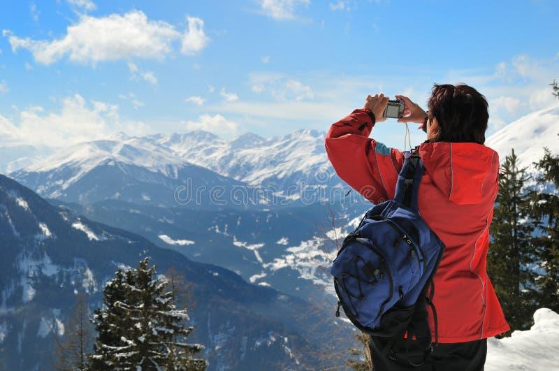 hög snow för liggandebild som tar kvinnan royaltyfria foton