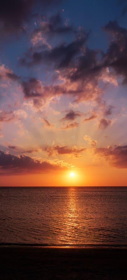 hög solnedgång för jpgupplösningshav Panorama- sammansättning för lodlinje royaltyfria foton