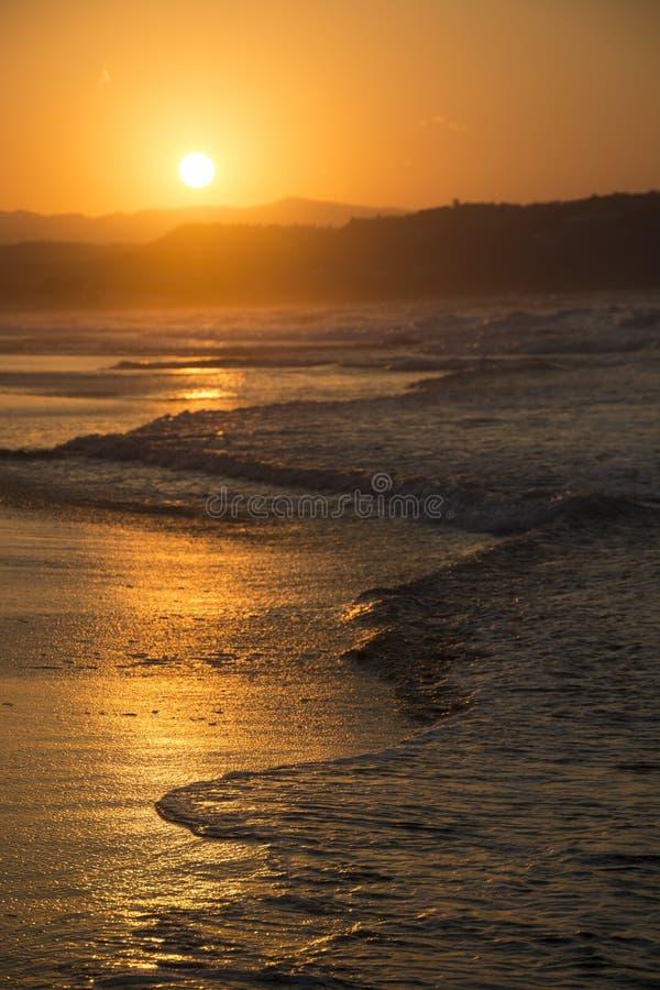 hög solnedgång för jpgupplösningshav Solig bana på skymning och kullar på bakgrund Georgioupolis strand, Kreta Grekland royaltyfria foton