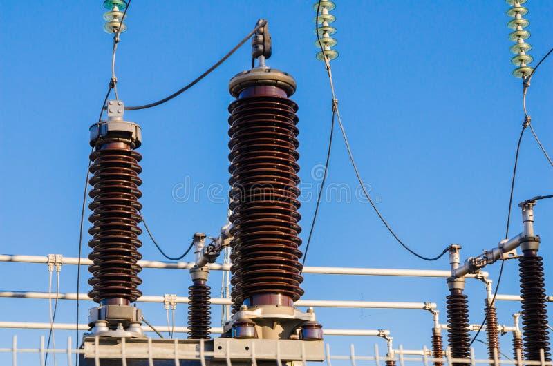 Hög-spänning isolatorer på transformatoravdelningskontor royaltyfri foto