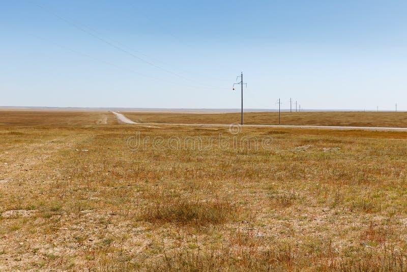 Hög-spänning kraftledning i den mongoliska stäppen, härligt landskap, Mongoliet fotografering för bildbyråer