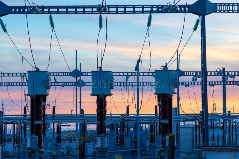 Hög-spänning kraftledningar på elektricitetsfördelningsstationen royaltyfria foton