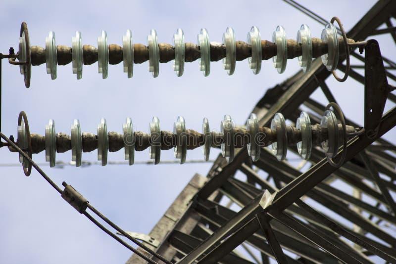 Hög-spänning poler och keramiska isolatorer royaltyfria foton