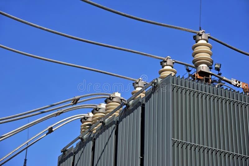 Hög spänningsomformare på en kraftverk fotografering för bildbyråer
