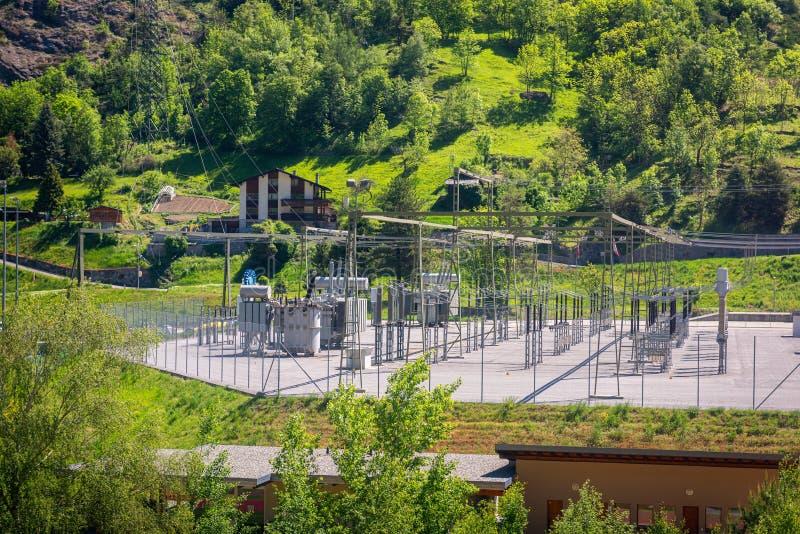 Hög spänningsströmbrytaregård av elektricitetsstationen och överföringslinjen, struktur av avdelningskontoret och elektrisk förde royaltyfri foto