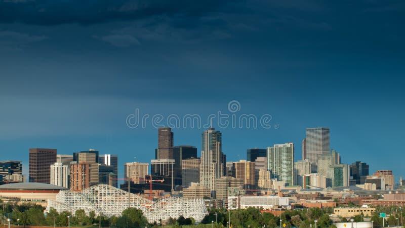 Hög stad för Mile av Denver vid natt royaltyfri fotografi
