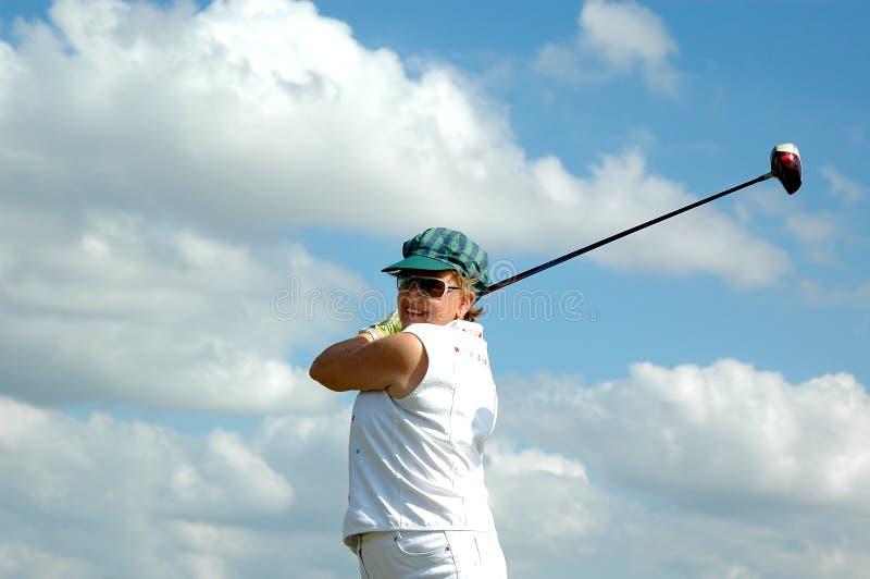 hög swingkvinna för golf royaltyfria foton