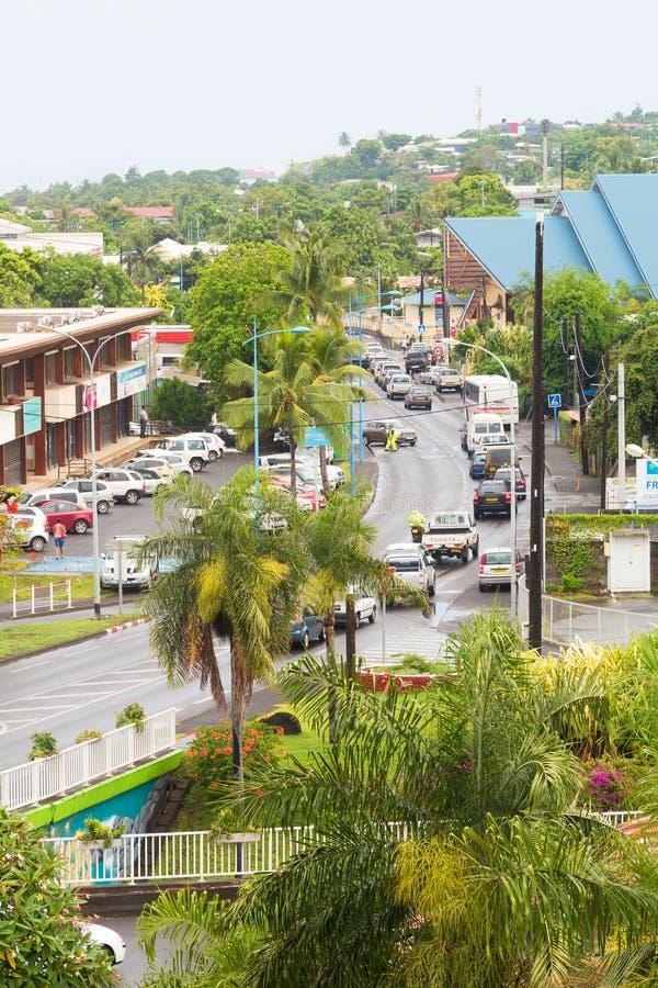 Hög synvinkel av trafik som kör ner gatan arkivbild