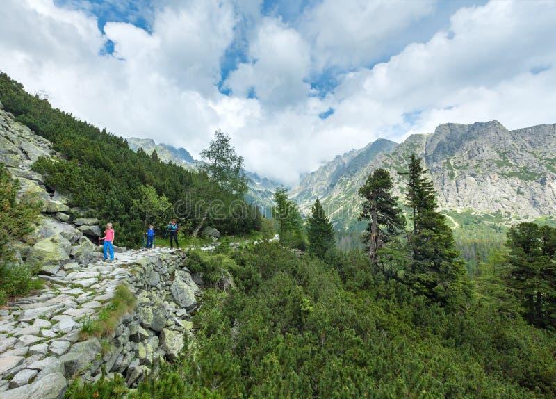 Hög Tatras (Slovakien) sommarsikt och familj på footway. arkivbild