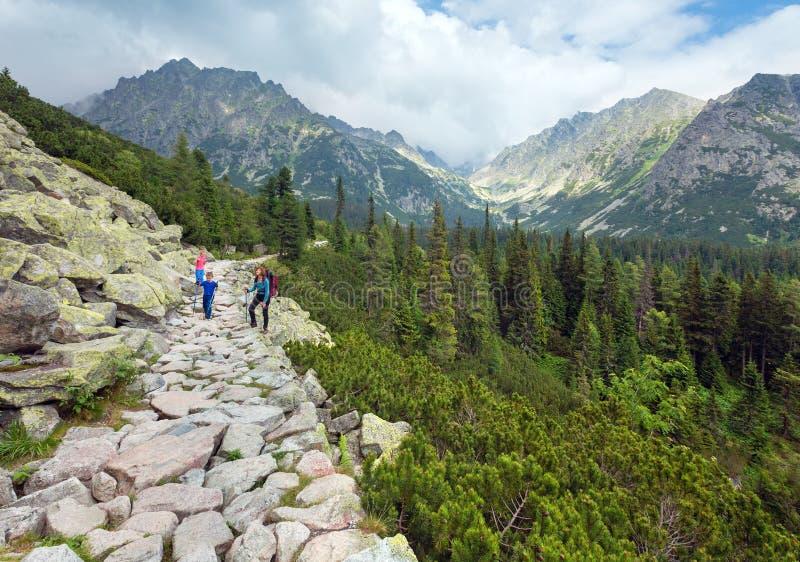 Hög Tatras (Slovakien) sommarsikt och familj på footway. royaltyfri foto