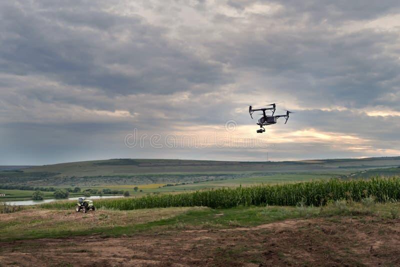 Hög teknologisk innovation som förbättrar produktivitet i jordbruk Ett surr flyger över fältet för bonde` s royaltyfri fotografi