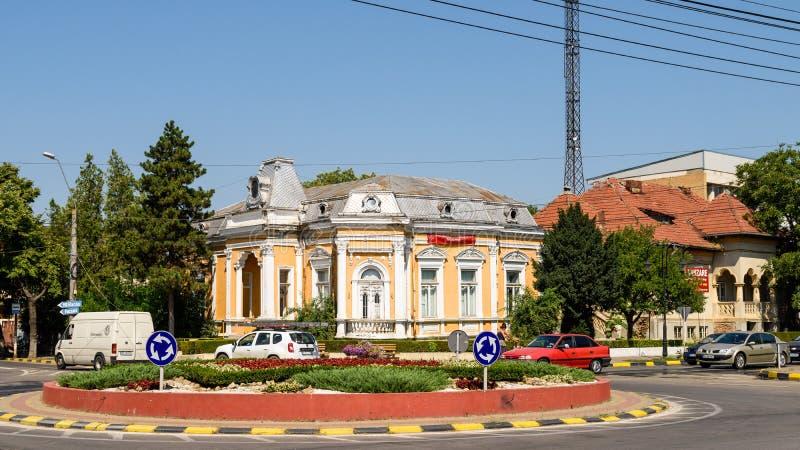Hög trafik på Main Street av den Tecuci staden i det Galati länet royaltyfria bilder