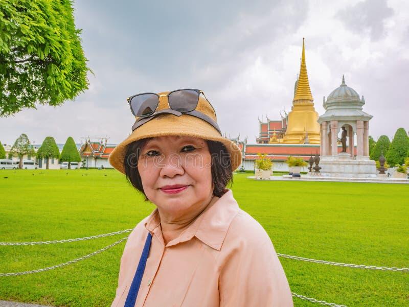Hög turist i Wat Phrakeaw Temple med molnhimmel arkivbilder