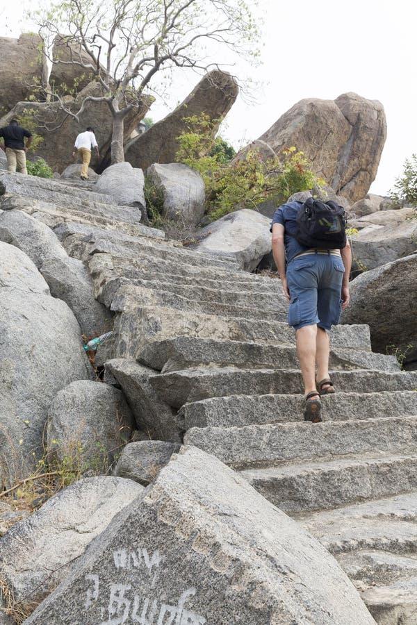 Hög turist- man som upp klättrar momenten som göras med stenar fotografering för bildbyråer
