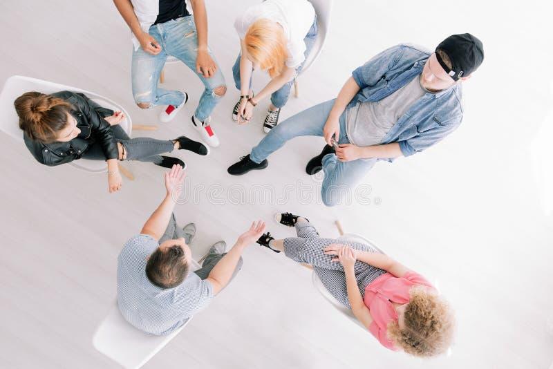 Hög vinkel av gruppterapi fotografering för bildbyråer