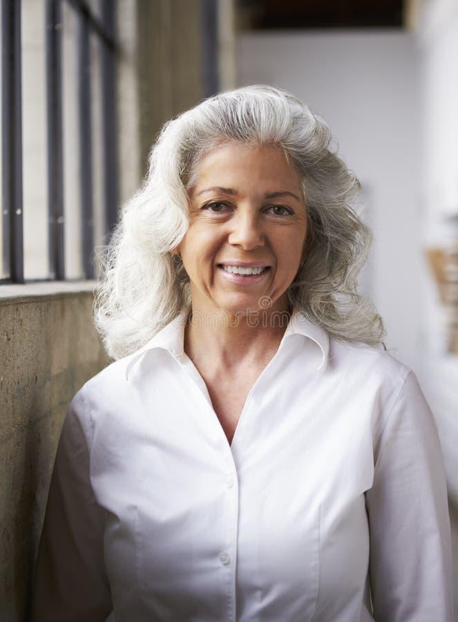 Hög vit affärskvinna i den vita skjortan, lodlinje arkivbild