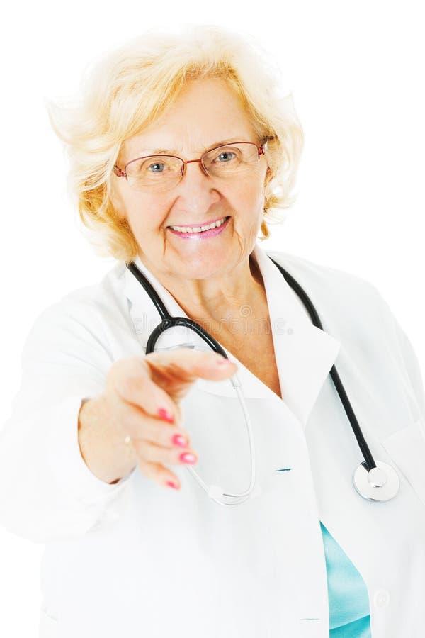 Hög vitbakgrund för doktor Offering Handshake Over arkivbilder