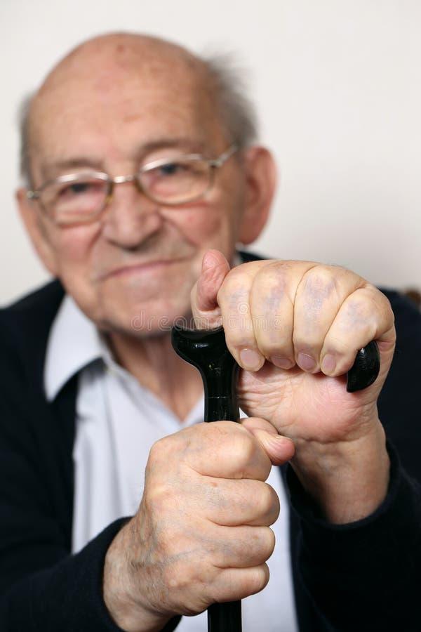 Hög vuxen människa med en krycka arkivfoton