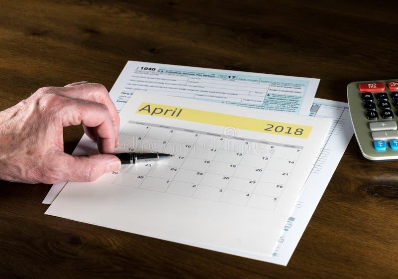 Hög vuxen man med självdeklarationdatumet av April 17, 2018 arkivfoto