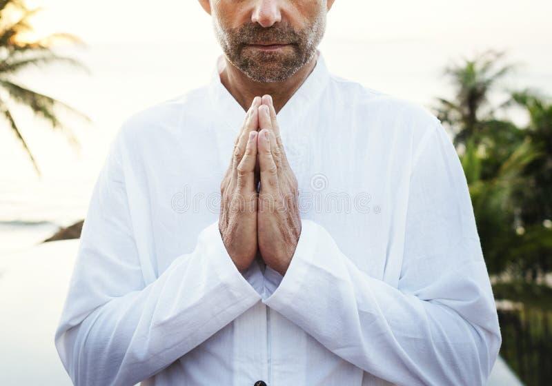 Hög vuxen praktiserande yoga utomhus royaltyfri fotografi