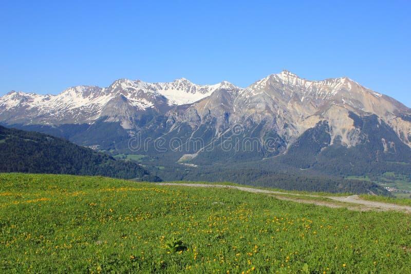 Höga berg Parpaner Rothorn, Aroser Rothorn och Lenzer horn, Schweiz royaltyfri foto