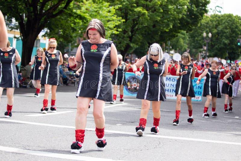 Höga damer som dansar på en gata arkivbilder