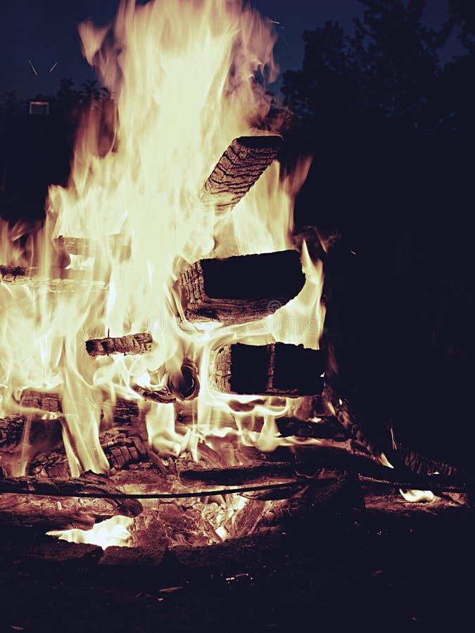 Höga flammor från stor brasa på festival på nigthten royaltyfri bild