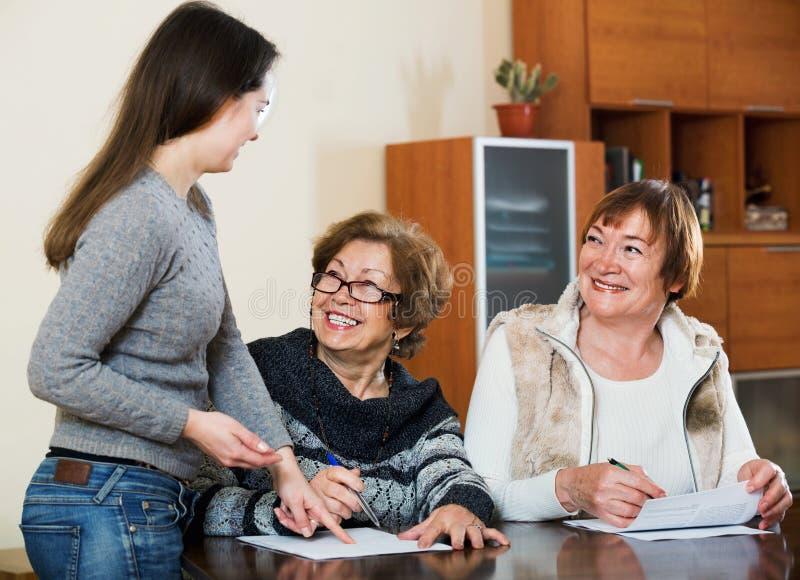 Höga gulliga kvinnor som gör skallr på det offentliga notarius publicukontoret royaltyfri fotografi