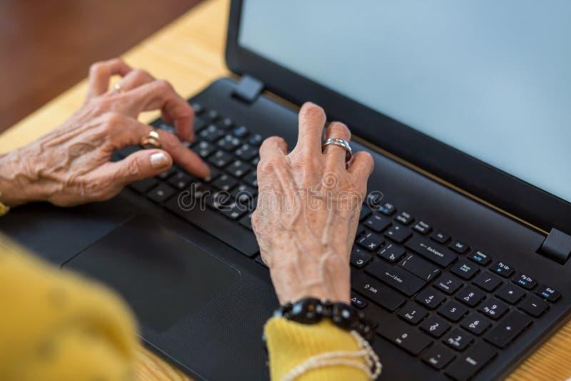 Höga händer och bärbar dator för kvinna` s fotografering för bildbyråer