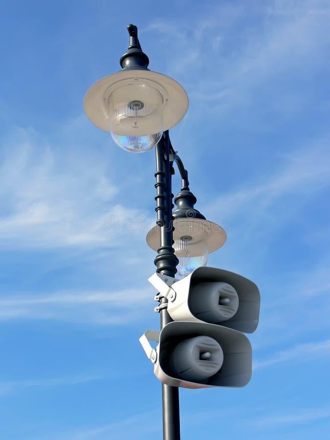 höga högtalare för lamppost royaltyfri fotografi