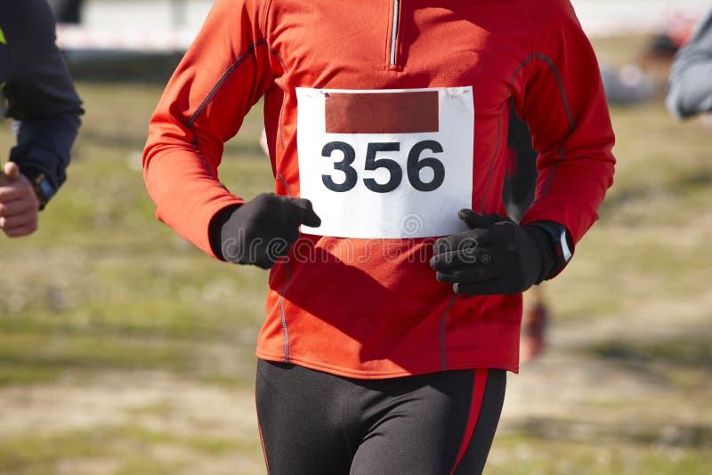 Höga idrotts- löpare på ett argt land springer Utomhus- strömkrets royaltyfria bilder