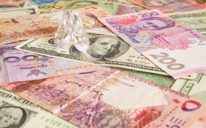 Höga klackar på olika valutor Pengar för kärlek Prostitution royaltyfria foton