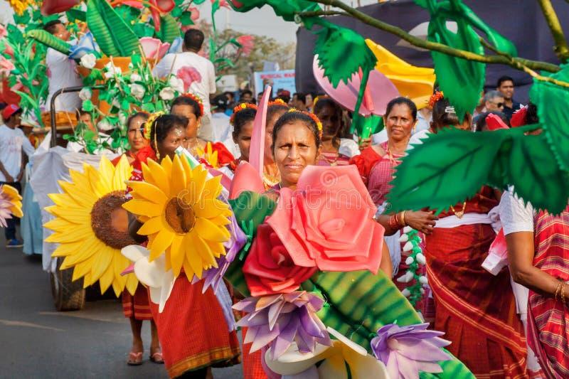 Höga kvinnor med blommor som går till en demonstration på den traditionella karnevalet i Goa royaltyfri foto