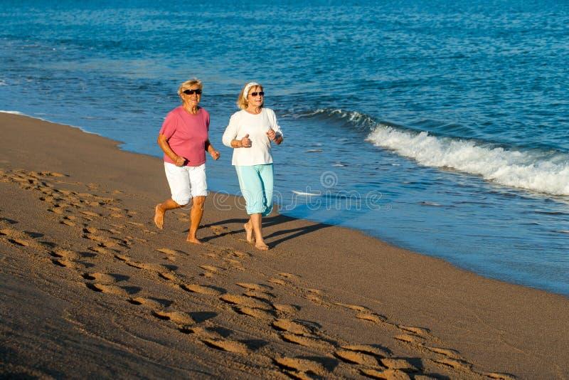 Höga kvinnor som har otta, joggar. royaltyfria foton