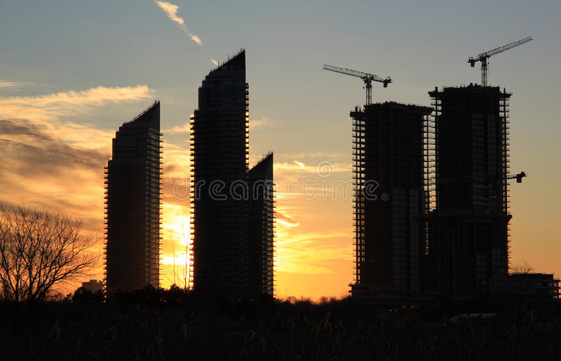 Höga löneförhöjningbyggnader på solnedgången, Toronto, Kanada royaltyfri foto