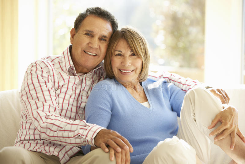 Höga latinamerikanska par som hemma kopplar av royaltyfri fotografi