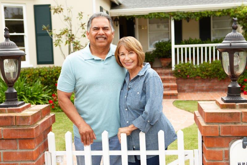 Höga latinamerikanska par utanför utgångspunkt arkivfoton