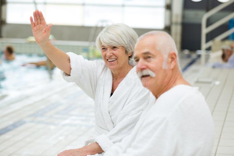 H?ga lyckliga par i simbass?ng royaltyfria bilder