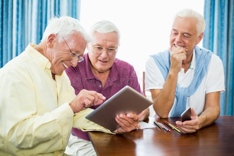 Höga män som tillsammans spenderar tid royaltyfri bild
