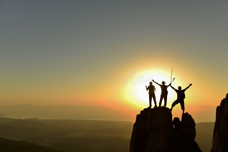 Höga maxima av soluppgången och det lyckade klättrarebegreppet arkivbilder
