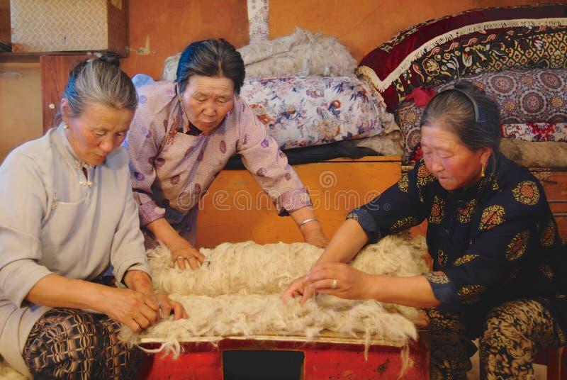 Höga mongoliska kvinnor producerar filt i Harhorin, Mongoliet arkivbilder
