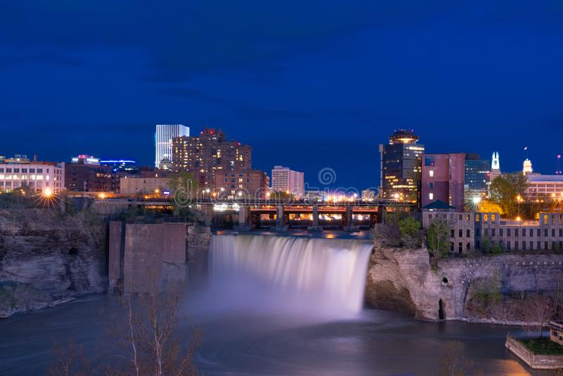 Höga nedgångar av Rochester, New York på natten royaltyfri bild