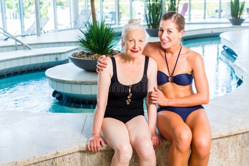Höga och unga kvinnor som kopplar av i wellnessbrunnsort arkivfoton
