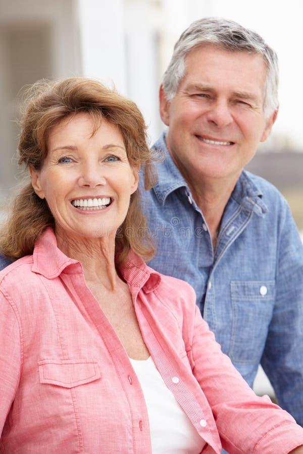 Höga par för stående utomhus royaltyfri foto