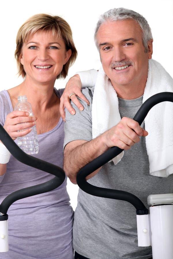 Höga par i idrottshallen fotografering för bildbyråer